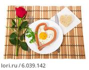 Романтический завтрак, яичница с сосиской в виде сердца и роза. Стоковое фото, фотограф Сергей Молодиков / Фотобанк Лори