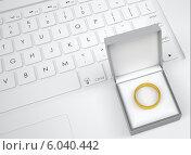 Купить «Кольцо в коробочке на клавиатуре компьютера», иллюстрация № 6040442 (c) Кирилл Черезов / Фотобанк Лори