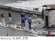 Купить «Балашиха, ремонт кровли на крыше дома», эксклюзивное фото № 6041378, снято 18 июня 2014 г. (c) Дмитрий Неумоин / Фотобанк Лори