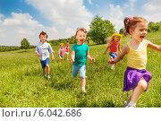 Купить «Радостные дети играют и бегают на летнем лугу», фото № 6042686, снято 24 мая 2014 г. (c) Сергей Новиков / Фотобанк Лори