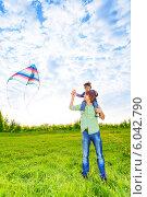 Купить «Отец держит сына на плечах с воздушным змеем», фото № 6042790, снято 17 мая 2014 г. (c) Сергей Новиков / Фотобанк Лори