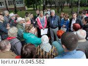 Купить «Собрание людей во дворе», эксклюзивное фото № 6045582, снято 26 июня 2014 г. (c) Дмитрий Неумоин / Фотобанк Лори