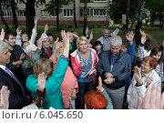 Купить «Жители голосуют единогласно на общественном сходе», эксклюзивное фото № 6045650, снято 26 июня 2014 г. (c) Дмитрий Нейман / Фотобанк Лори