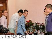 Купить «Выпускной 2014, современный выпускник дарит цветы учителям», эксклюзивное фото № 6045678, снято 17 июня 2014 г. (c) Дмитрий Неумоин / Фотобанк Лори