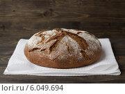 Ржаной хлеб на деревянном фоне. Стоковое фото, фотограф Ольга Лепёшкина / Фотобанк Лори