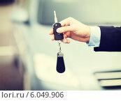 Купить «man with car key outside», фото № 6049906, снято 26 июня 2013 г. (c) Syda Productions / Фотобанк Лори