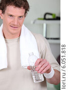 Купить «Man drinking bottled water in gym», фото № 6051818, снято 13 апреля 2010 г. (c) Phovoir Images / Фотобанк Лори