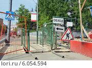 Купить «Проход между заграждениями около стройки», эксклюзивное фото № 6054594, снято 15 мая 2014 г. (c) Александр Замараев / Фотобанк Лори