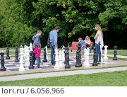 Купить «Люди в парке играют в шахматы большими фигурами», эксклюзивное фото № 6056966, снято 29 июня 2014 г. (c) Илюхина Наталья / Фотобанк Лори