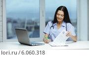 Купить «Doctor or nurse with laptop pc writing prescription», видеоролик № 6060318, снято 11 ноября 2013 г. (c) Syda Productions / Фотобанк Лори