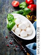 Купить «Моцарелла, листья базилика и помидоры», фото № 6063358, снято 24 мая 2014 г. (c) Наталия Кленова / Фотобанк Лори