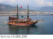 Купить «Прогулочный корабль с туристами на борту. Турция, город Алания», эксклюзивное фото № 6066258, снято 23 мая 2014 г. (c) Яна Королёва / Фотобанк Лори