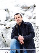 Молодой мужчина на фоне каменной стены. Стоковое фото, фотограф Dorokhova Tatiana / Фотобанк Лори