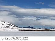 Столбы ЛЭП на фоне гор и облаков. Камчатка. Стоковое фото, фотограф Мария Волова / Фотобанк Лори