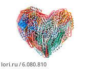 Сердце из цветных канцелярских скрепок. Стоковое фото, фотограф Федорец Артем / Фотобанк Лори