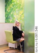 Улыбающаяся женщина средних лет ожидает в банковском офисе получение кредита, фото № 6081546, снято 10 октября 2013 г. (c) Евгений Ткачёв / Фотобанк Лори