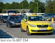 Купить «Жёлтое такси в ожидании пассажиров», эксклюзивное фото № 6087154, снято 4 июля 2014 г. (c) Svet / Фотобанк Лори