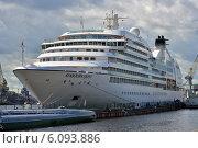 Купить «Круизный лайнер на Неве», эксклюзивное фото № 6093886, снято 3 июля 2014 г. (c) Александр Алексеев / Фотобанк Лори