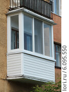 Пластиковый балкон с козырьком в старом доме. Стоковое фото, фотограф Михаил Хорошкин / Фотобанк Лори