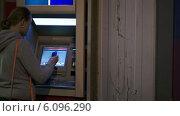 Купить «Девушка вставляет карту в банкомат», видеоролик № 6096290, снято 20 мая 2014 г. (c) Данил Руденко / Фотобанк Лори