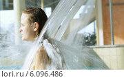 Купить «Девушка наслаждается струей воды в бассейне», видеоролик № 6096486, снято 7 июня 2014 г. (c) Данил Руденко / Фотобанк Лори