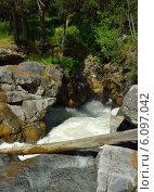 Купить «Бурная горная река в ущелье», фото № 6097042, снято 3 июля 2014 г. (c) александр жарников / Фотобанк Лори