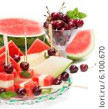 Купить «Стеклянная посуда с фруктовым салатом», фото № 6100670, снято 19 июня 2014 г. (c) Ирина Денисова / Фотобанк Лори