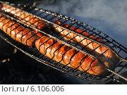 Купить «Приготовление колбасок на гриле», эксклюзивное фото № 6106006, снято 29 июня 2014 г. (c) Юрий Морозов / Фотобанк Лори