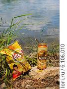 Купить «Банка пива и чипсы, на берегу реки», эксклюзивное фото № 6106010, снято 3 июля 2014 г. (c) Юрий Морозов / Фотобанк Лори