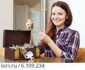 Купить «pretty girl chooses jewelry», фото № 6109234, снято 13 января 2013 г. (c) Яков Филимонов / Фотобанк Лори