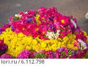 Купить «Продажа цветов для Божеств у индуистского храма», фото № 6112798, снято 23 февраля 2014 г. (c) Вячеслав Беляев / Фотобанк Лори