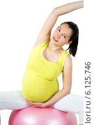 Купить «Беременная женщина делает физические упражнения», фото № 6125746, снято 8 июля 2014 г. (c) Сергей Левыкин / Фотобанк Лори