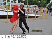 Купить «Яркое танцевальное шоу на Пушкинской набережной в Москве», эксклюзивное фото № 6126870, снято 3 июля 2014 г. (c) lana1501 / Фотобанк Лори