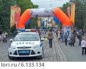 Купить «Машина ДПС обеспечивает порядок на празднике», эксклюзивное фото № 6133134, снято 13 июля 2014 г. (c) Svet / Фотобанк Лори