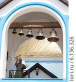 Священник звонит в колокола (2013 год). Редакционное фото, фотограф Ясевич Светлана / Фотобанк Лори
