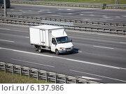 Купить «Автомобиль малой грузовой подъемности на автостраде», фото № 6137986, снято 6 июля 2014 г. (c) Кекяляйнен Андрей / Фотобанк Лори