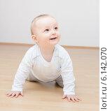 Улыбающийся малыш ползает на полу. Стоковое фото, фотограф Nikolay Kostochka / Фотобанк Лори