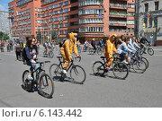 Третий московский велопарад по Садовому кольцу, 29 июня 2014 года, эксклюзивное фото № 6143442, снято 29 июня 2014 г. (c) lana1501 / Фотобанк Лори