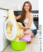 Купить «Housewife using washing machine», фото № 6148018, снято 19 июня 2014 г. (c) Яков Филимонов / Фотобанк Лори