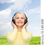 Купить «smiling young woman with headphones», фото № 6149698, снято 15 апреля 2014 г. (c) Syda Productions / Фотобанк Лори