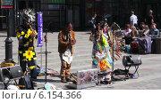 Купить «Ансамбль индейцев на улице», видеоролик № 6154366, снято 12 июля 2014 г. (c) Виктор Тихонов / Фотобанк Лори