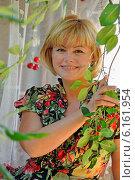 Купить «Улыбающаяся молодая женщина», эксклюзивное фото № 6161954, снято 7 июля 2014 г. (c) Юрий Морозов / Фотобанк Лори