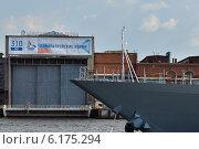 Купить «Нева. Вид на судостроительный завод», эксклюзивное фото № 6175294, снято 22 июля 2014 г. (c) Александр Алексеев / Фотобанк Лори