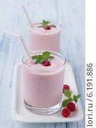 Молочный коктейль со свежей малиной и мятой. Стоковое фото, фотограф Ольга Лепёшкина / Фотобанк Лори