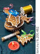 Купить «Композиция с праздничными рождественскими украшениями и вкусным печеньем», фото № 6200482, снято 22 июля 2014 г. (c) Николай Лунев / Фотобанк Лори