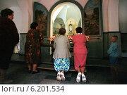 Believers in front of a chapel, Gora Swietej Anny, Poland (1996 год). Редакционное фото, агентство Caro Photoagency / Фотобанк Лори