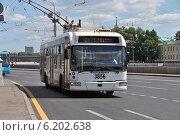 Купить «Городской троллейбус идет по Кремлевской набережной,  Москва», эксклюзивное фото № 6202638, снято 20 июля 2014 г. (c) lana1501 / Фотобанк Лори