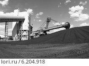 Купить «Крутонаклонный консольный штабелер на гусеничном ходу для перевалки угля», эксклюзивное фото № 6204918, снято 1 июля 2014 г. (c) Валерий Акулич / Фотобанк Лори