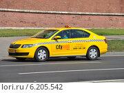 Желтый автомобиль такси двигается по Кремлевской набережной в Москве, эксклюзивное фото № 6205542, снято 26 июля 2014 г. (c) lana1501 / Фотобанк Лори