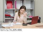Девушка пишет на листе бумаги в офисе. Стоковое фото, фотограф Иванов Алексей / Фотобанк Лори